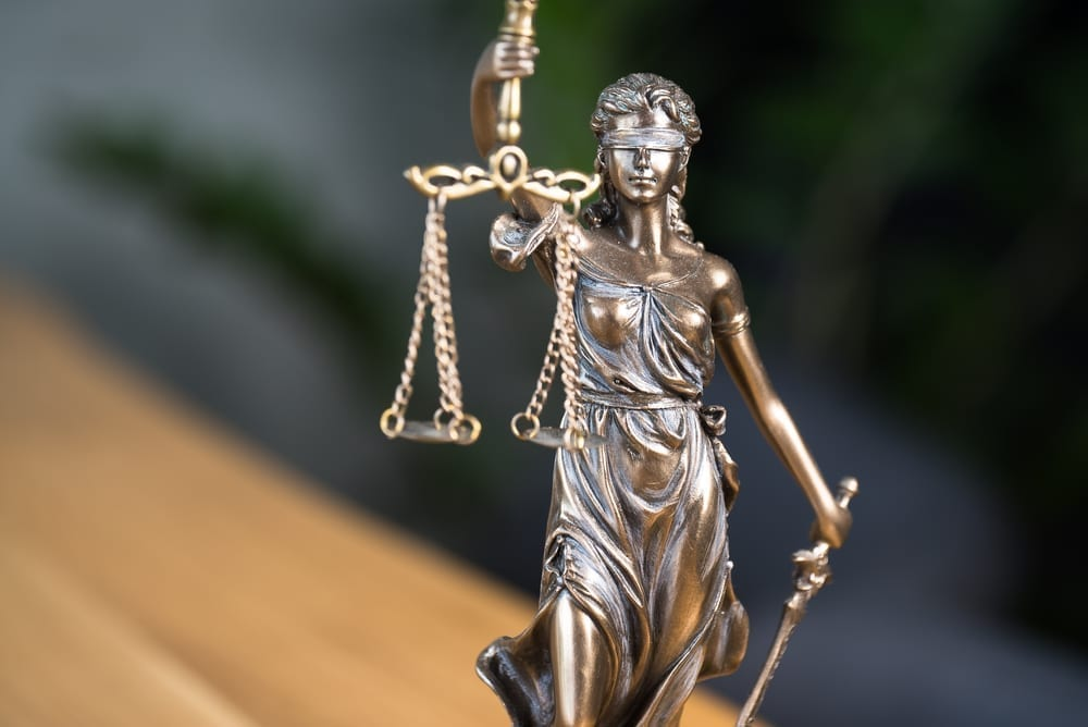 Estatua de la Justicia. Primer plano de la figura de la dama - accident in access doors of a shopping center