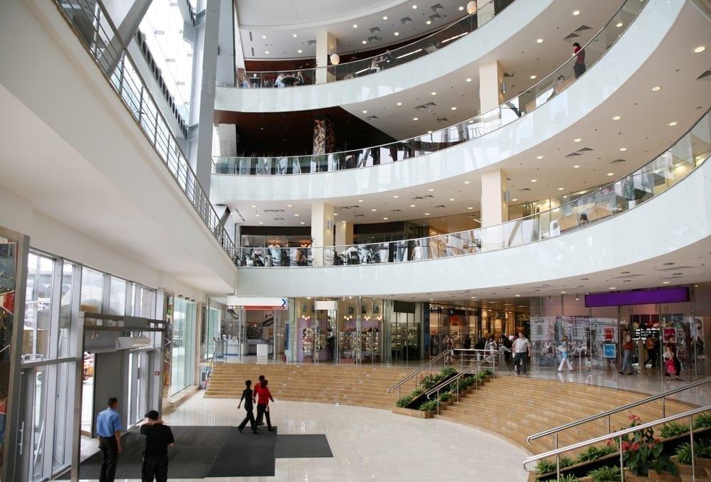 entrada centro comercial - accident in access doors of a shopping center